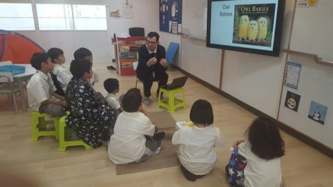 teacher-daniel-reading-stellar-book-baby-owls-with-primary-school-students-at-singapore-international-school-sisb-chiang-mai-thailand